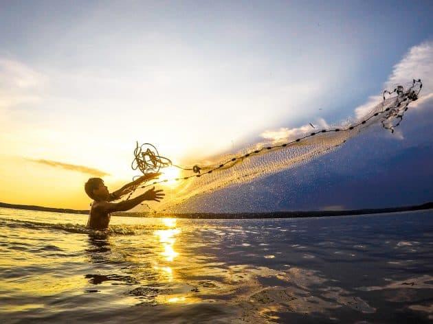 Man throwing fishing net at Jordan Lake, NC
